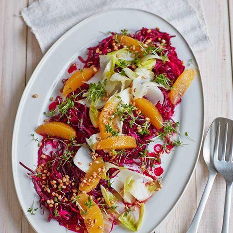 Rotkohl-Orangen-Salat mit Gersten-Popcorn