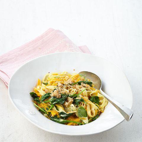 Diese Pasta glänzt mit Kürbis, Walnuss und Baby-Spinat - eine Kombination, die tollen Geschmack garantiert!