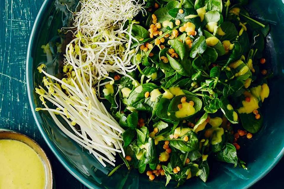 Grüner Salat mit Kurkuma-Dressing Rezept