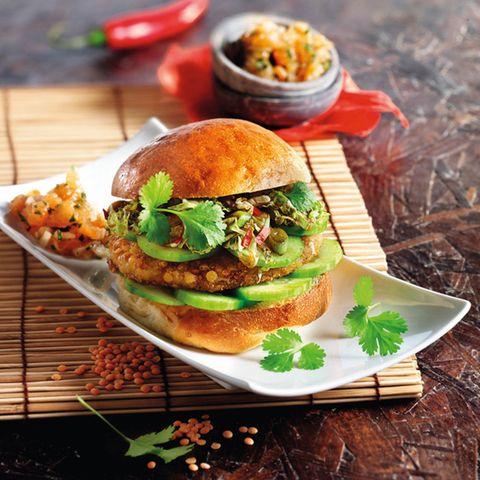 Asiatischer Linsen-Burger mit Tomaten-Koriander-Dip