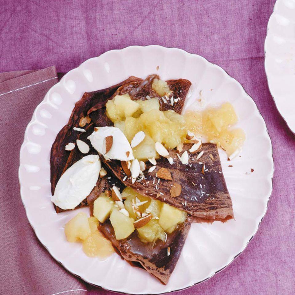 Schoko-Crêpes mit Amaretto-Apfelkompott