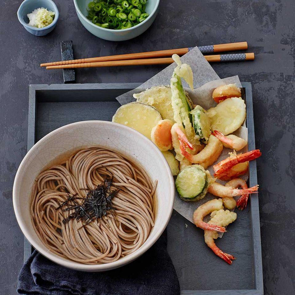 Soba-Nudel-Suppe mit Gemüse- und Garnelen-Tempura