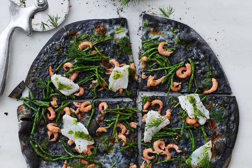 Schwarze Pizza mit Queller und Kabeljau Rezept