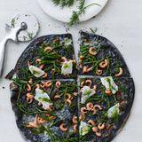 Schwarze Pizza mit Queller und Kabeljau