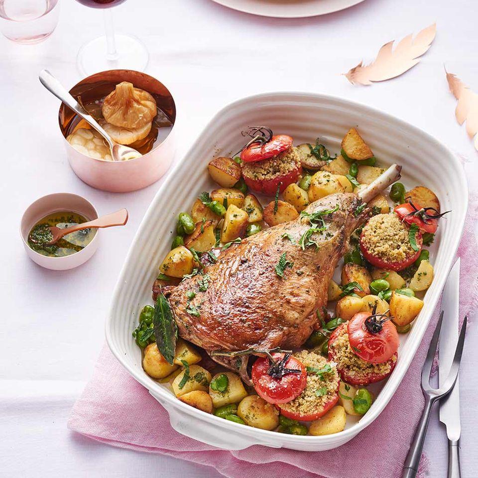 Kartoffelgemüse und gefüllte Tomaten