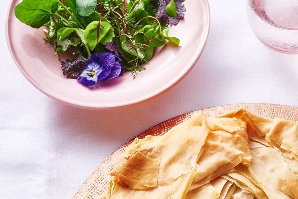 Kräuter-Blüten-Salat mit Honig-Vinaigrette Rezept