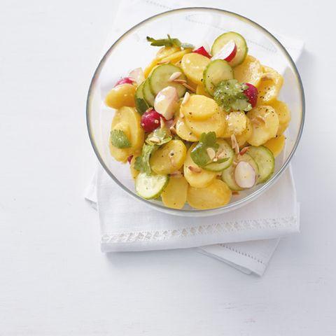 Kartoffelsalat mit Radieschen und Gurke