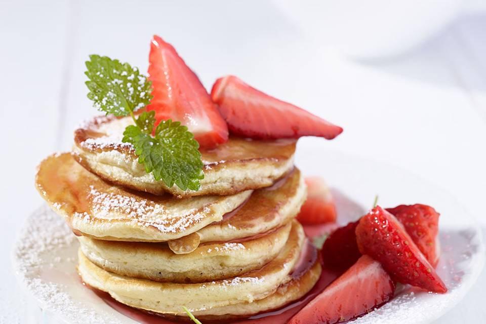 Pancakes mit marinierten Erdbeeren Rezept