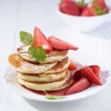 Pancakes mit marinierten Erdbeeren