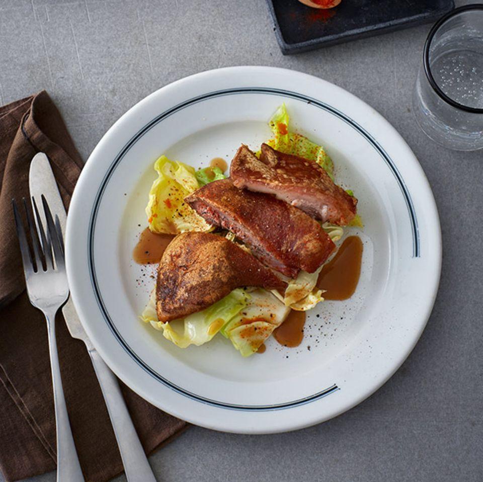 Geschmortes Schweinekinn mit Spitzkohl