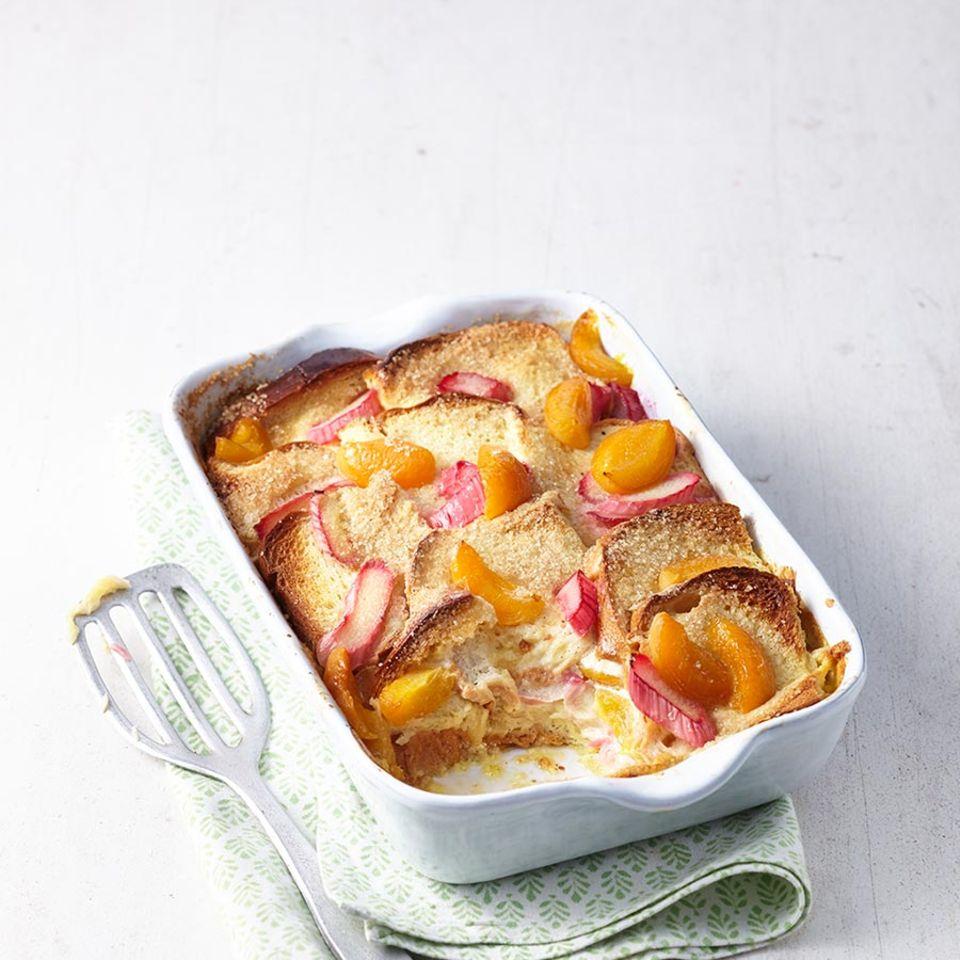 Rhabarber-Brot-Auflauf mit Aprikosen