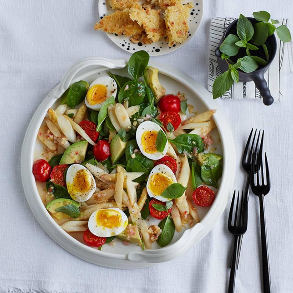 Spargel-Spinat-Salat mit Reis-Erdnuss-Krusteln  Rezept
