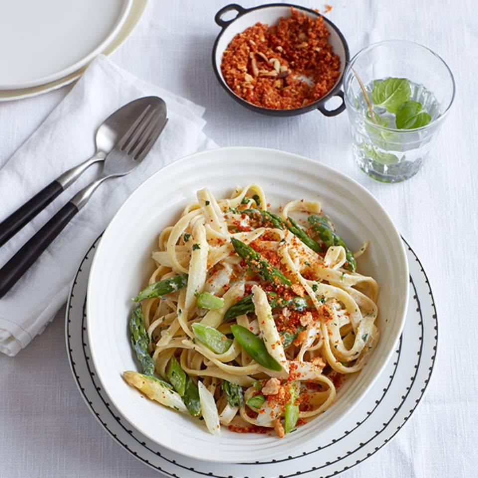 Spargel-Pasta mit Minz-Ricotta und Tomatenbröselei  Rezept