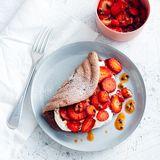 Schoko-Biskuit-Omelette mit Erdbeersalat