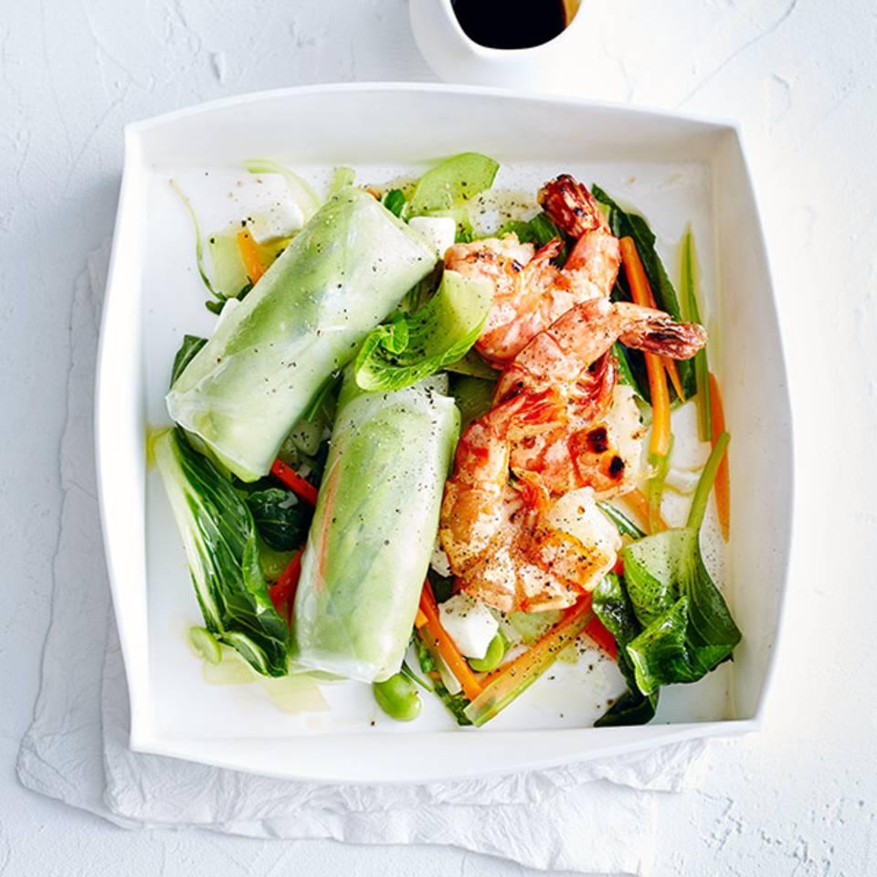Reispapierrollen auf Salat mit Garnelen  Rezept