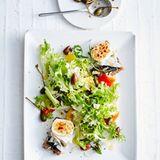Salat mit Ziegenkäse-Crostini, Kapernäpfeln und Oliven