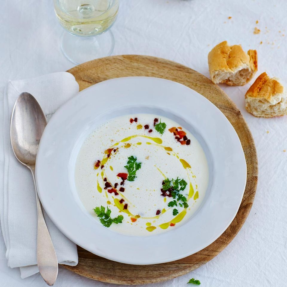 Parmesan-Suppe mit Chorizo und Aprikosen