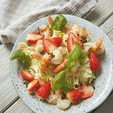 Spitzkohl-Nudel-Salat  mit Erdbeeren