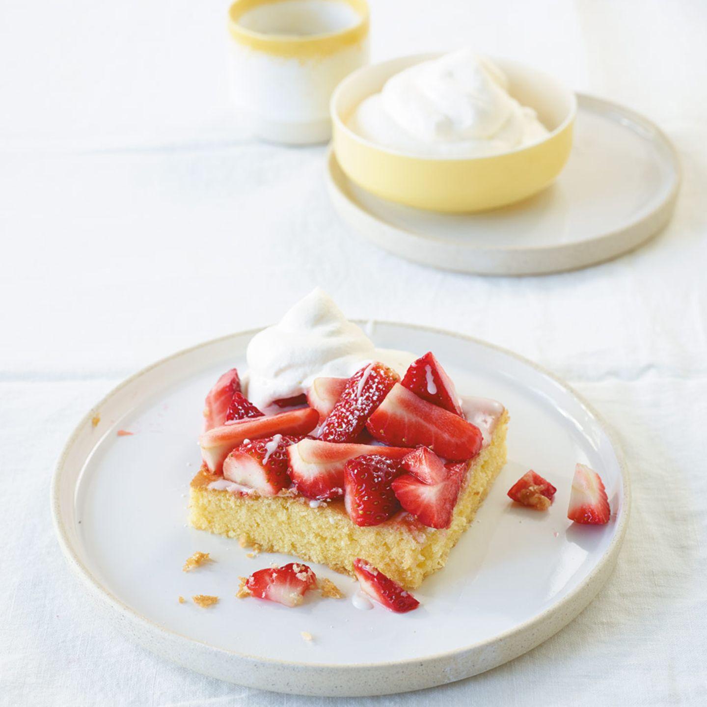 Zitronenkuchen mit Erdbeeren