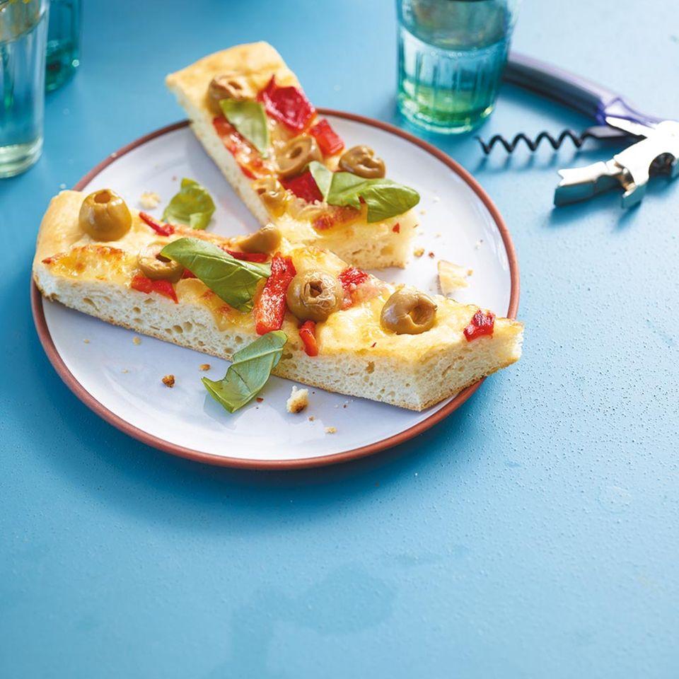 Focaccia mit Paprika und Oliven