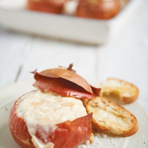 Käsefondue in der Zwiebel