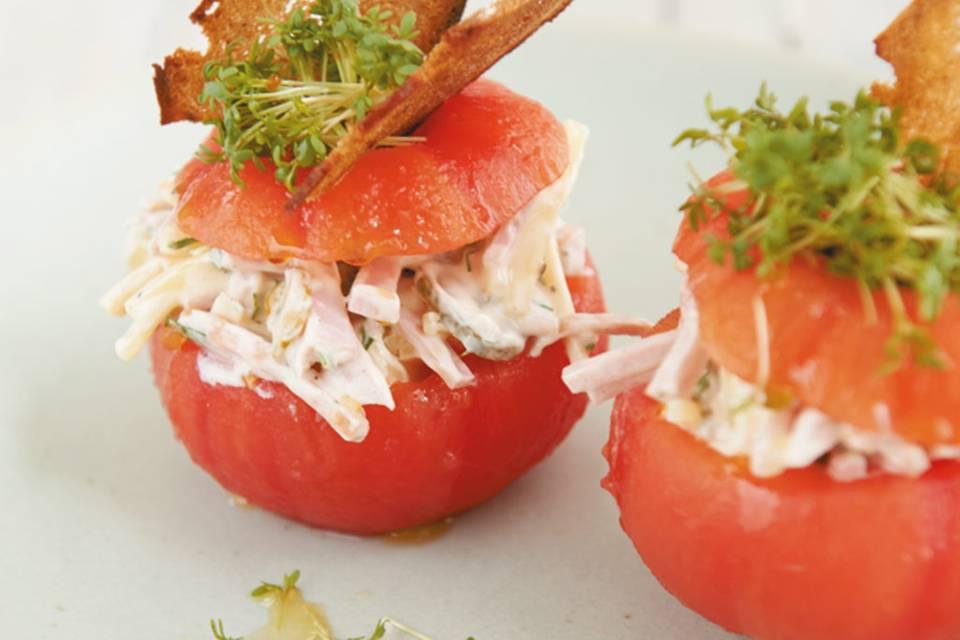 Fleischsalat in der Tomate  Rezept