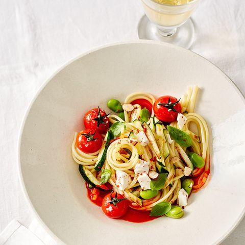 Linguine mit Paprika, Zucchini und Mozzarella
