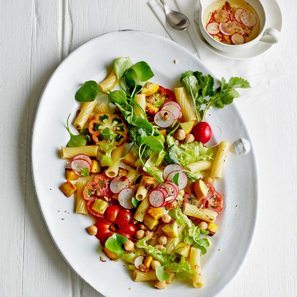 Nudelsalat mit Tomaten und Endivie