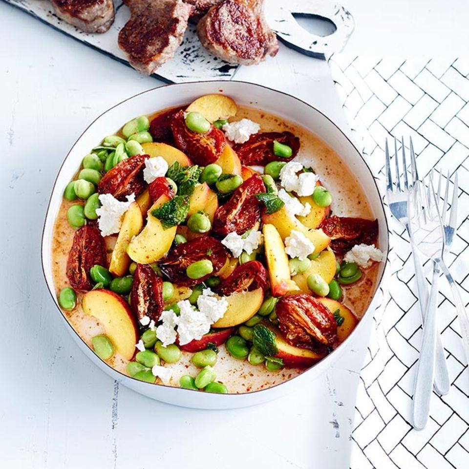 Salat mit ofengetrockneten Tomaten und Pfirsich