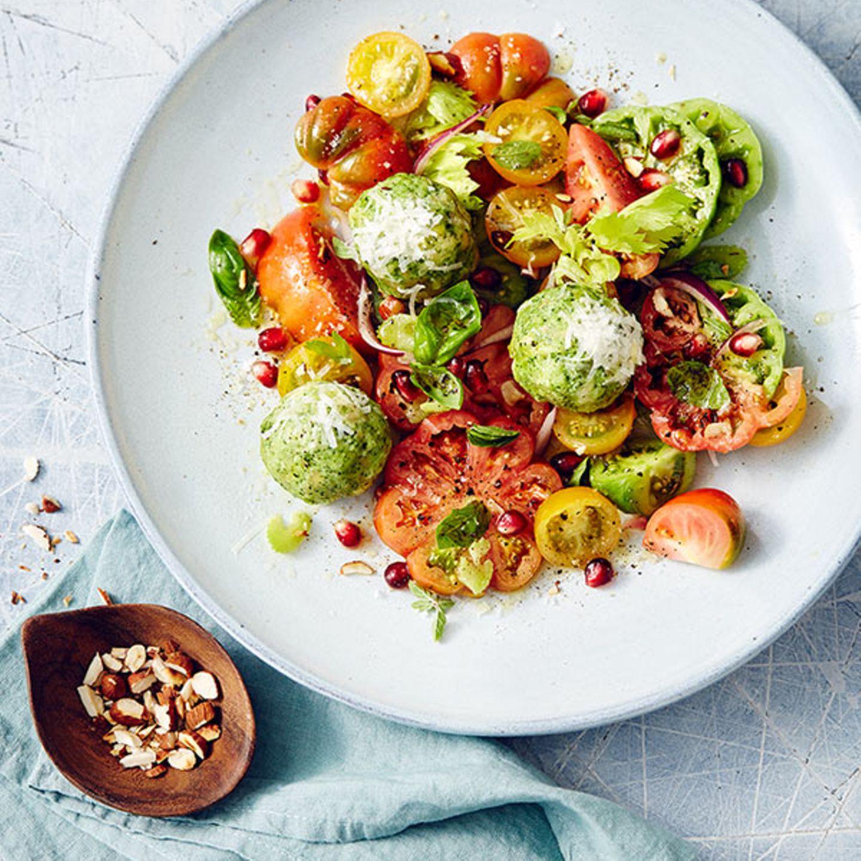 Petersilien-Käse-Knödel mit Tomaten-Granatapfel-Salat