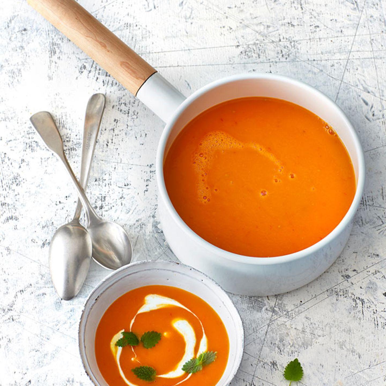 Kürbis-Tomaten-Suppe mit Orangenquark
