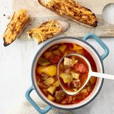 Gulaschsuppe mit Chili-Cheese-Crostini