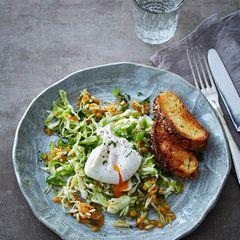 Spitzkohl-Nudel-Salat mit pochiertem Ei