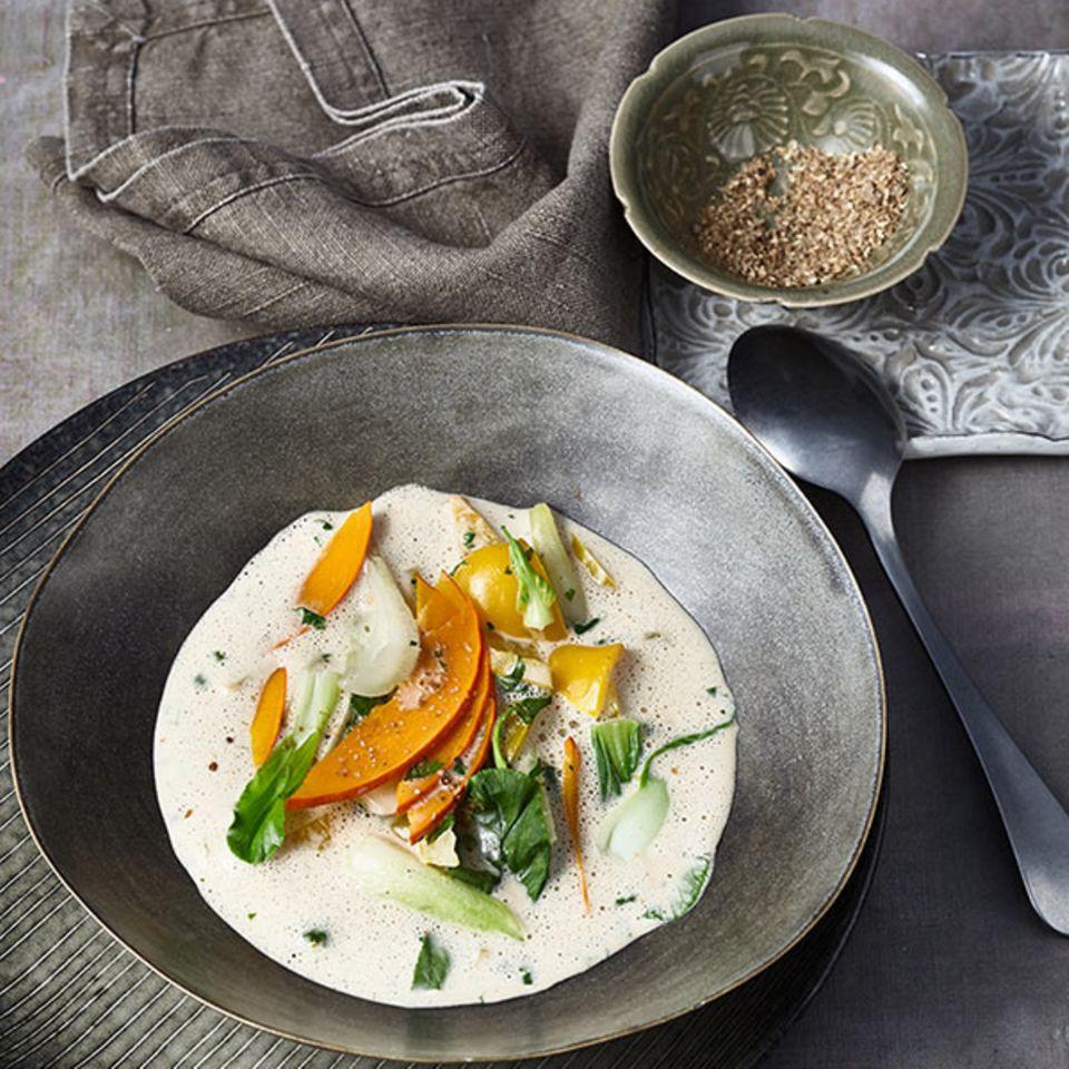 Kokos-Kürbis-Suppe mit Pak choi und Nelken