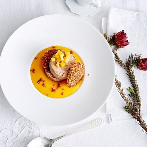 Gianduja-Parfait mit Mangoschaum