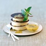 Passionsfrucht-Mousse mit Oliven-Minz-Sauce