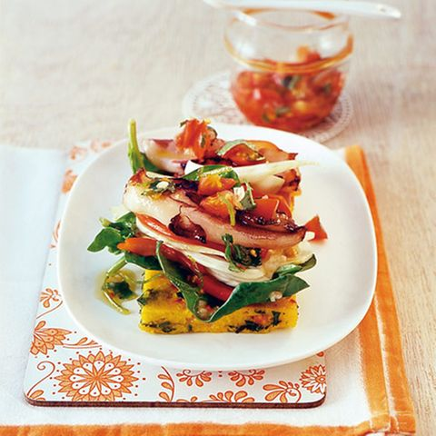 Calamares-Salat auf Würzpolenta