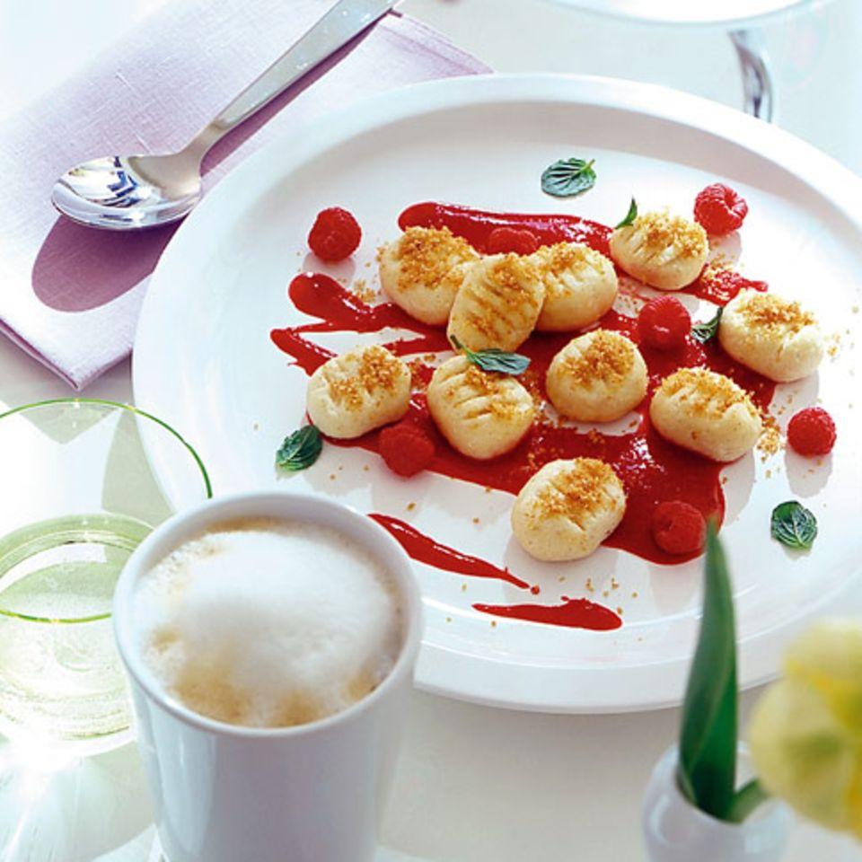Quark-Gnocchi mit Himbeersauce und Vanillebröseln