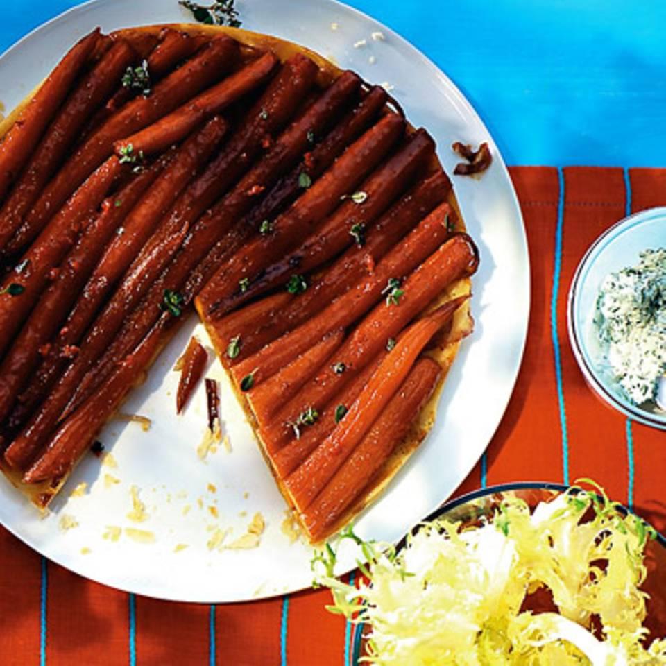 Möhren-Tarte-Tatin mit Kerbeldip Rezept
