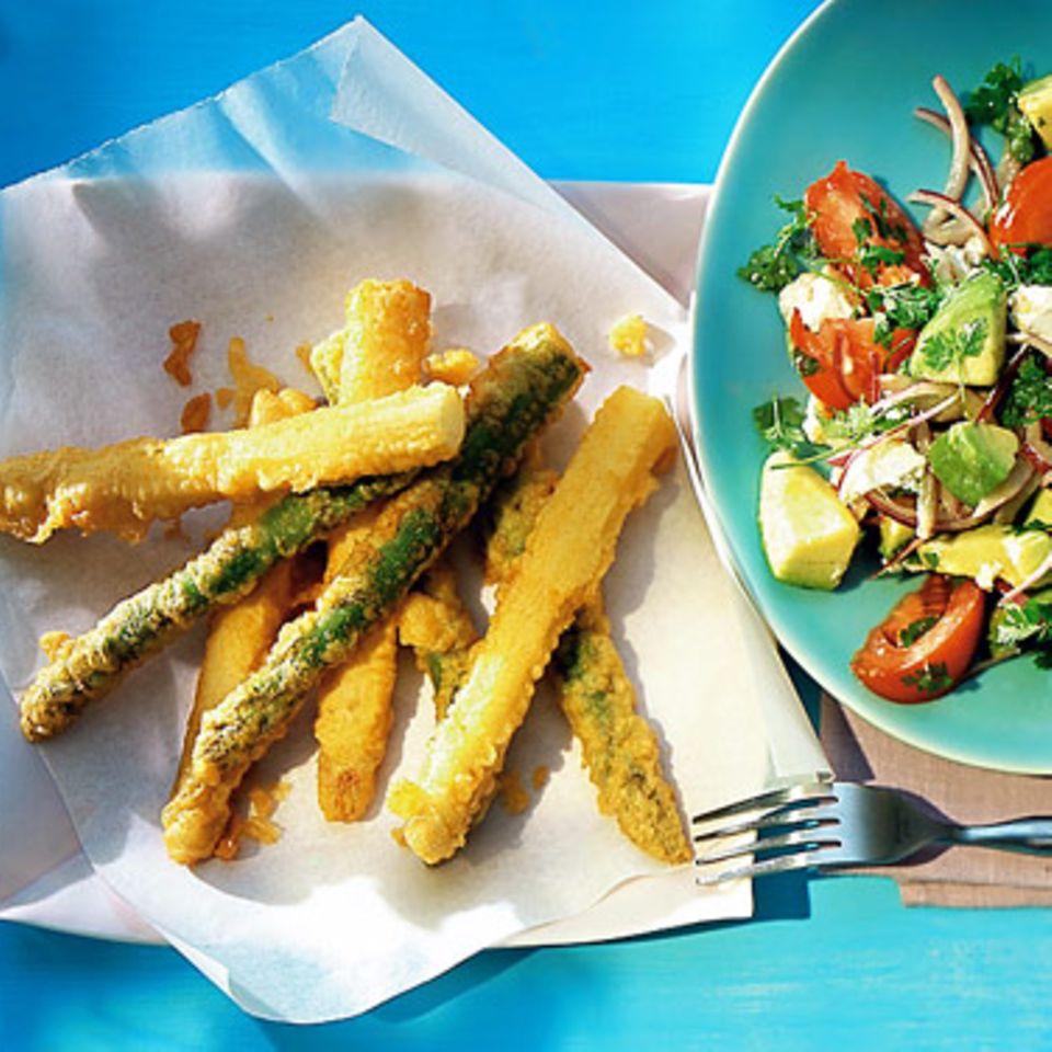 Spargel-Tempura mit Avocado-Tomaten-Salat