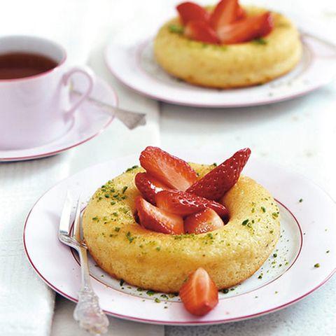 Limetten-Savarin mit Erdbeeren