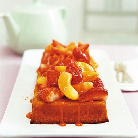 Grieß-Mandel-Kuchen mit Erdbeeren und Aprikosen
