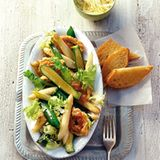 Spargelsalat mit Frisée und Zucchini