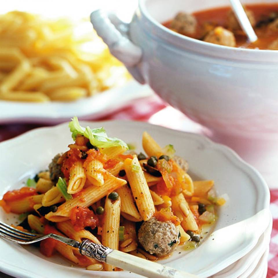 Pasta mit Hackbällchen und Tomatensugo Rezept