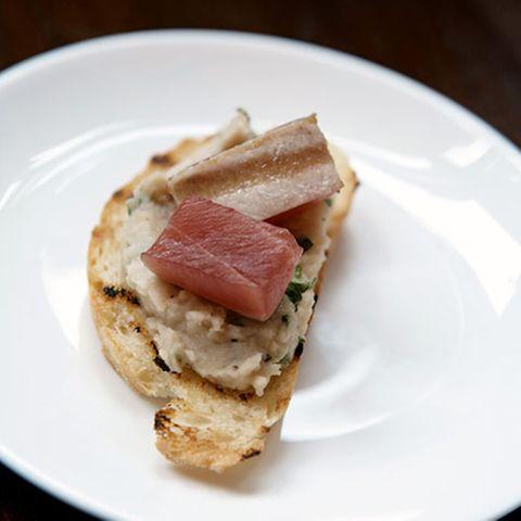 Crostini mit Bohnenpüree und Thunfisch
