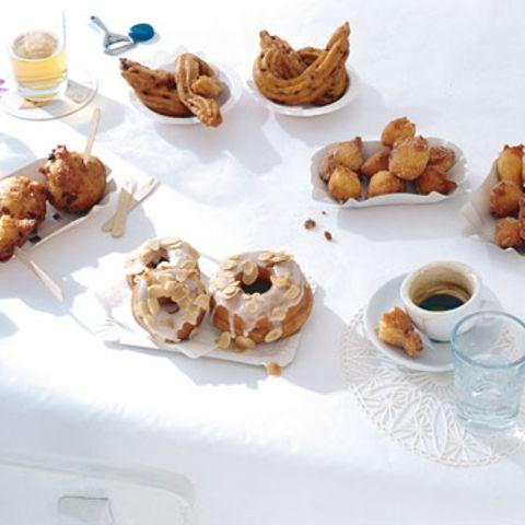 Mandel-Doughnuts mit Amaretto-Glasur