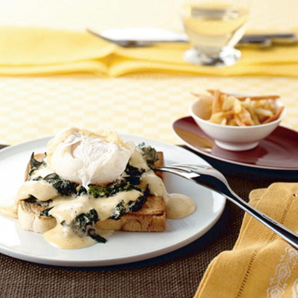 Toast mit pochiertem Ei und Möhrenrohkost