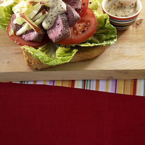Toast mit Tomate und Lamm