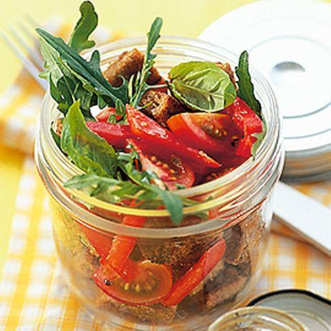 Brotsalat mit Rauke und Tomaten