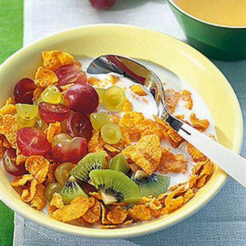 Cornflakes mit Trauben und Kiwi